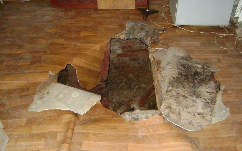 В Брянске в квартире дома по улице Калинина провалился пол