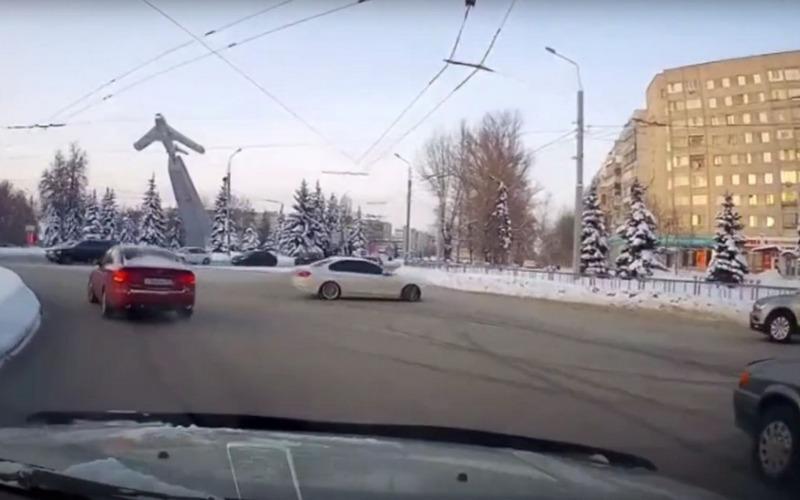 В Брянске автомобилист устроил опасный дрифт возле «Самолета»