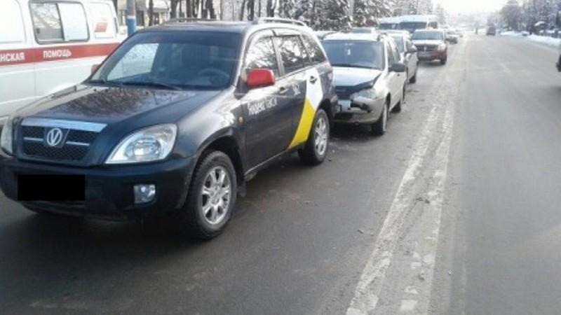 В Брянске при столкновении трех легковушек пострадала 24-летняя девушка