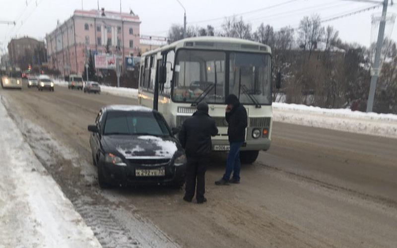 В Брянске около ЦУМа пассажирский автобус врезался в легковушку