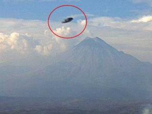 Черный НЛО снова появился над вулканом в Мексике