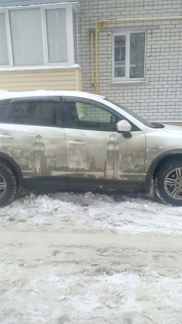 В Брянске на кузове автомобиля из грязи сделали произведение искусства