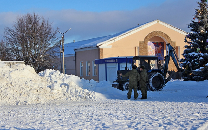 В Почепе молодогвардейцы благоустраивают снежную горку для детей