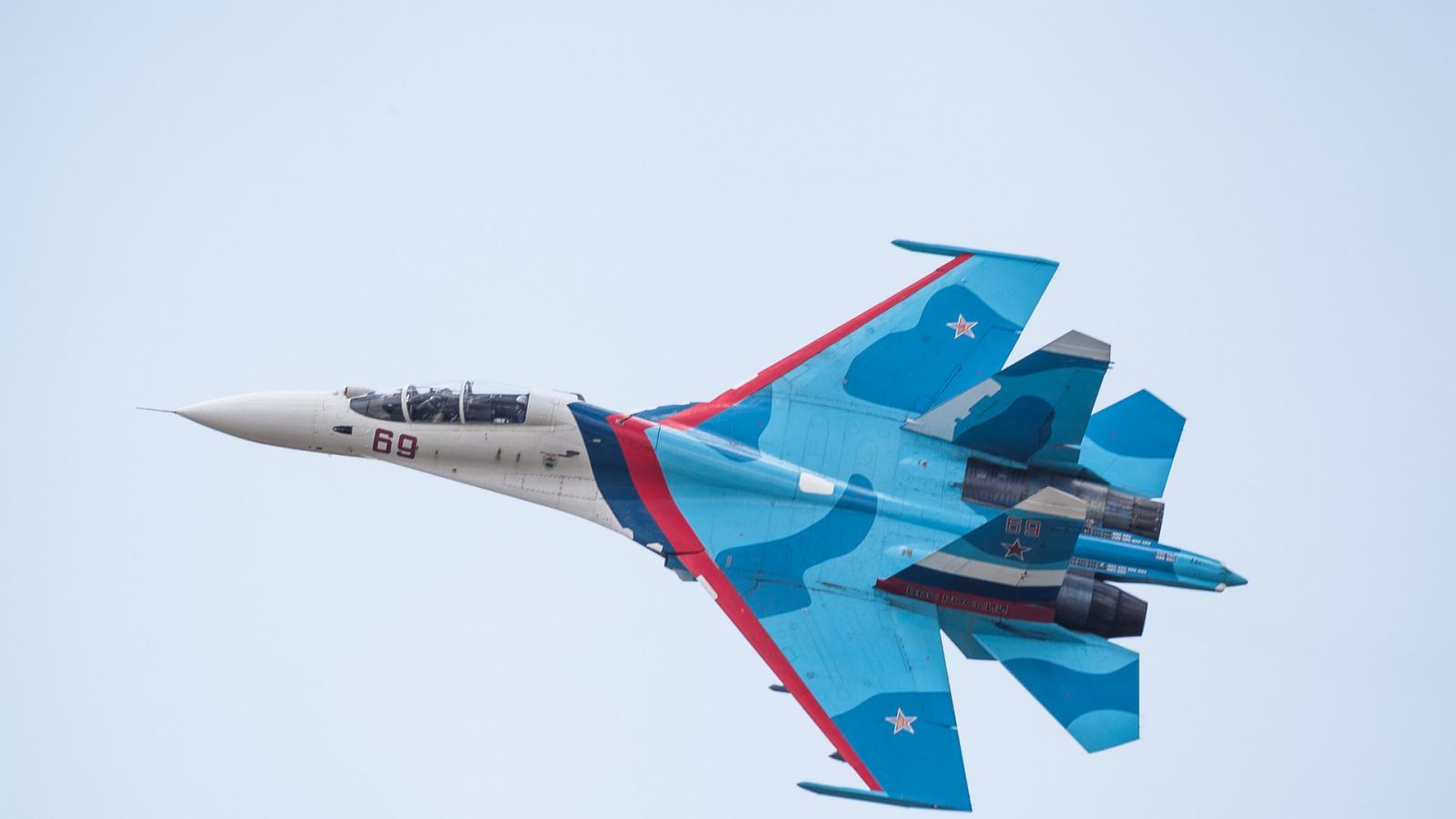 СУ-27 жестко оттолкнул истребитель НАТО от правительственного самолета РФ