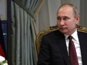 Путин поручил следить за зарплатой учителей