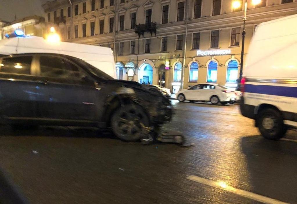 На Невском проспекте в Санкт-Петербурге BMW X6 влетел в толпу людей