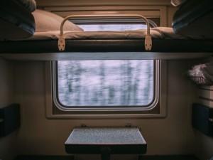 Депутат Госдумы предложил штрафовать за грязные носки в поезде