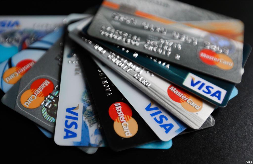 До конца весны россияне смогут снимать деньги с карт на кассе магазинов