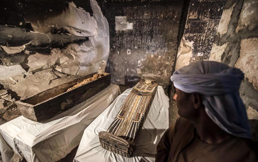 Археологи нашли 40 мумий и золотую маску в Египте