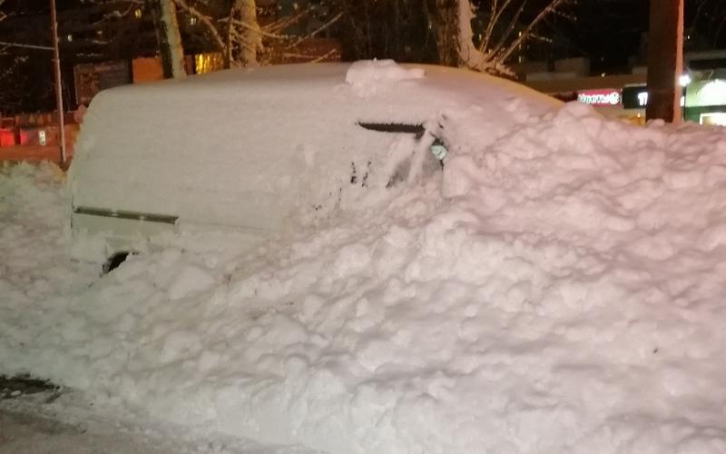 В Брянске дорожники засыпали снегом припаркованную машину