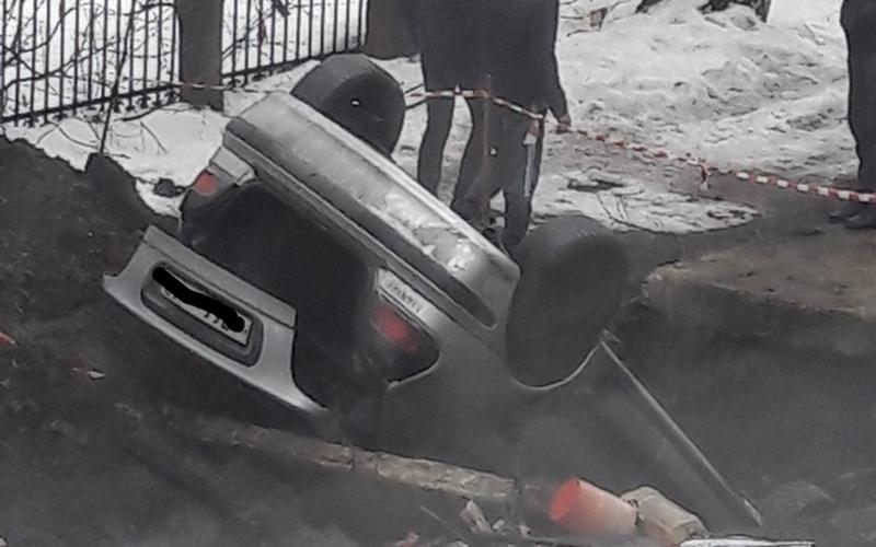 В Брянске автомобиль угодил в западню: провалился в яму