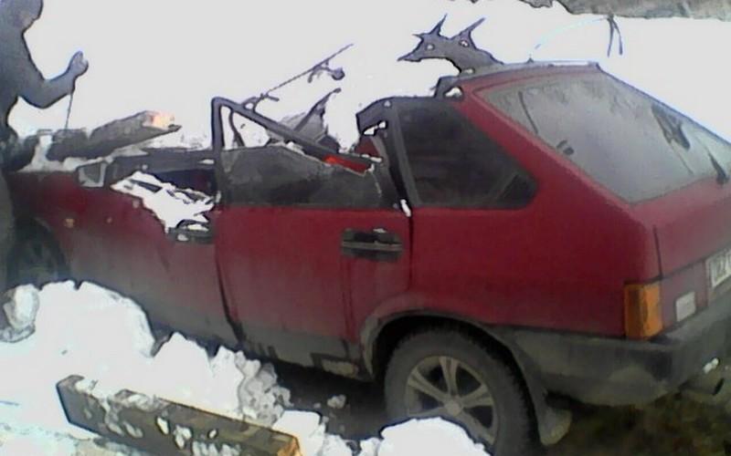На стоянке в Брянске рухнувшая из-за снега крыша разбила легковушку
