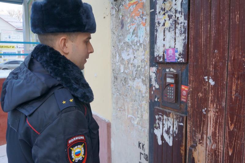 Брянская полиция поквартирно предупреждает горожан о мошенниках
