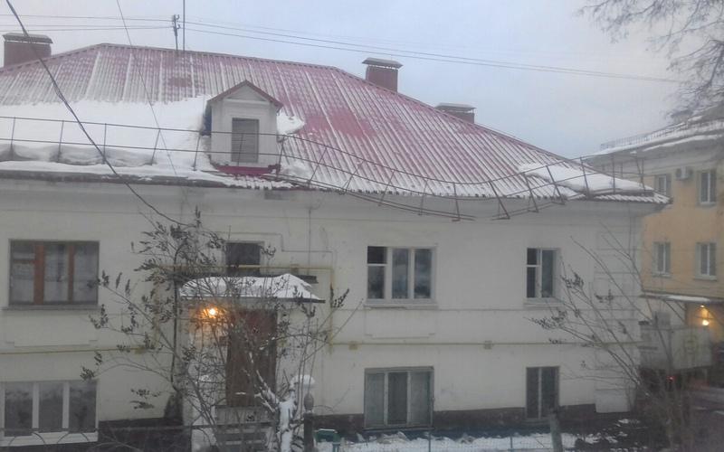Ограждение крыши дома в Брянске может рухнуть на прохожих