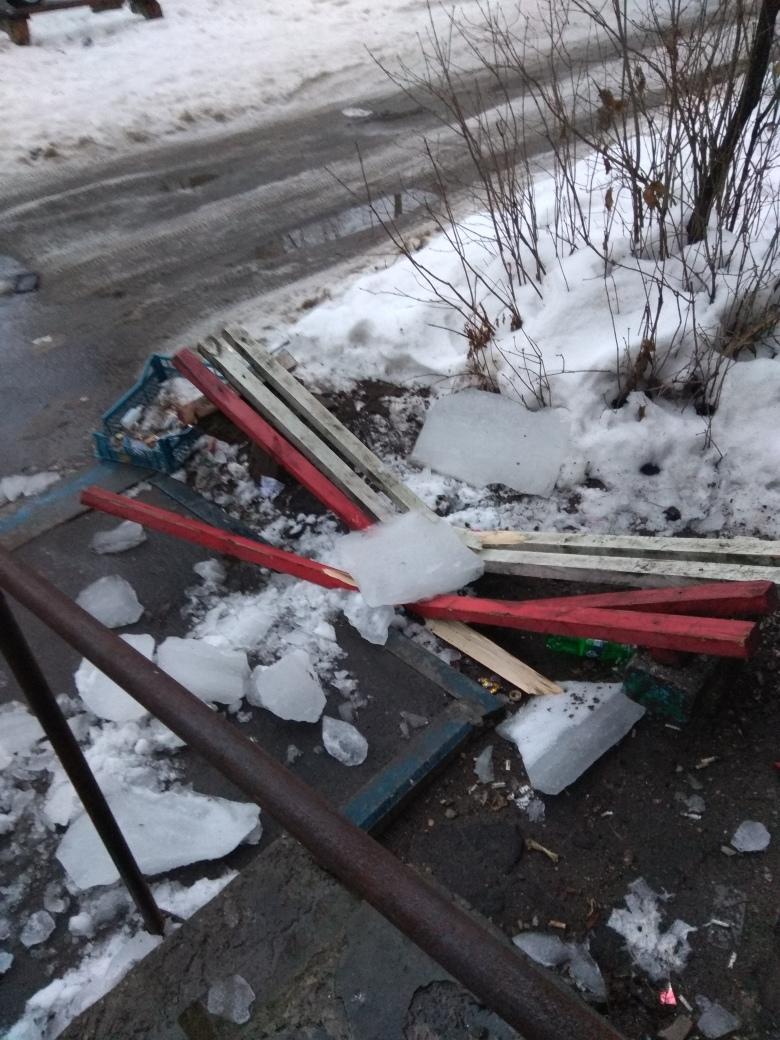 Гигантские глыбы льда на улице Камозина показали свои силы