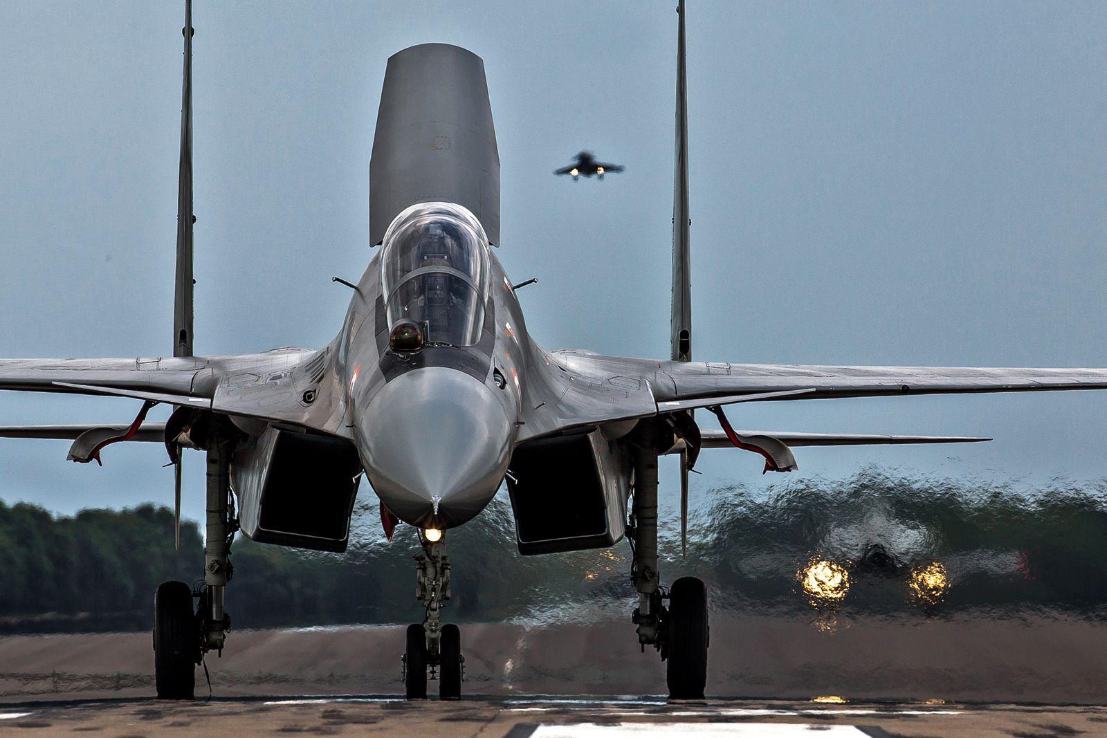 СУ-30 и F-16 вступили в воздушный бой в небе над Индией