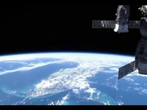 Видеокамеры МКС сняли два пролетевших мимо НЛО