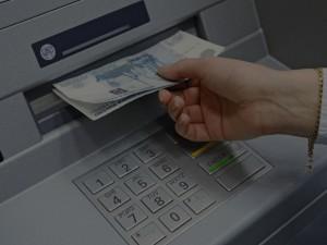 Единую комиссию за снятие наличных в банкомате хотят ввести в России