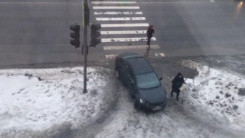 Брянцев возмутила беспардонная парковка женщины на тротуаре