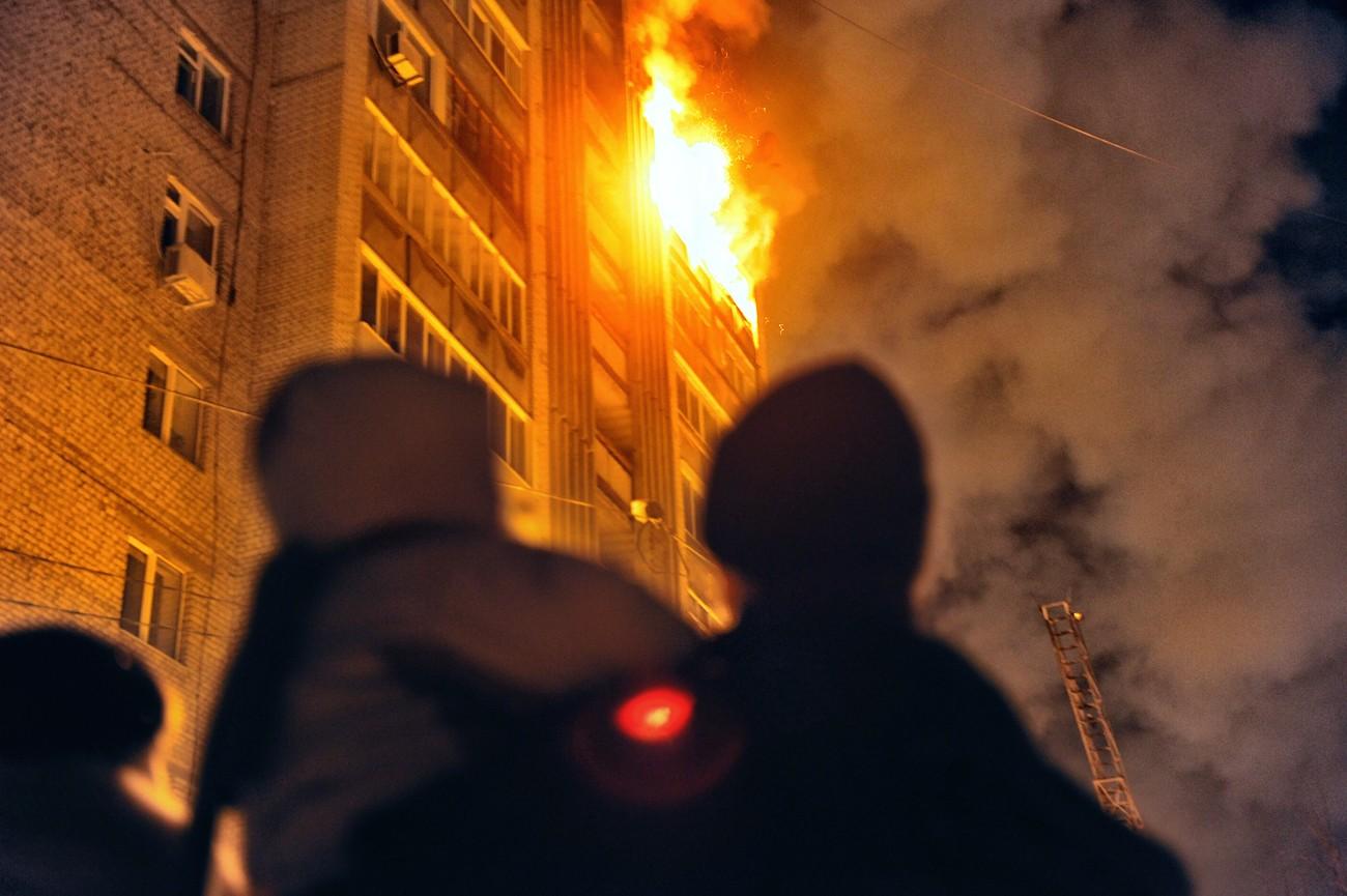 В Клинцах из горящей многоэтажки эвакуировали 11 человек