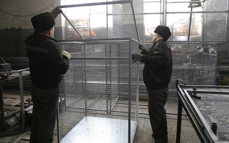 Брянские заключенные делают на заказ мусорные контейнеры