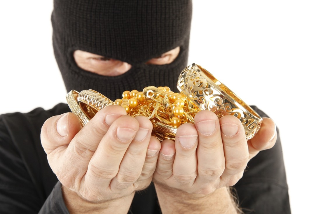 Из дома брянской пенсионерки украли золото и деньги