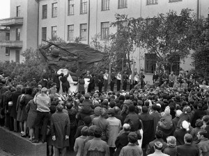 Памятник погибшим выпускникам стоит у первой школы в Челябинске
