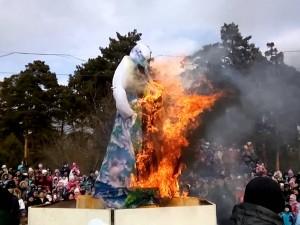 На Масленицу сожгли чучело зимы при большом стечении народа