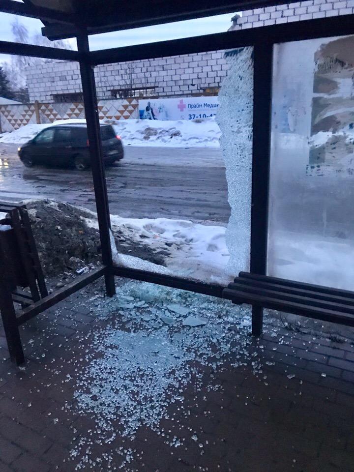 Вандалы разгромили остановку на проспекте Станке Димитрова