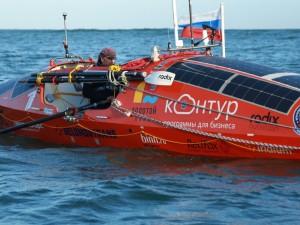 Пристегнутый ко дну лодки Федор Конюхов переживает мощный шторм