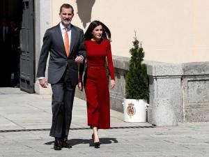 Король и королева Испании час не могли выйти из самолета в Аргентине