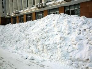 Снег из Челябинска убран наполовину. Сугробы пока остаются