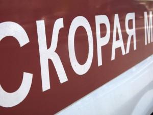 В Челябинске девушка выпала из окна на прохожего