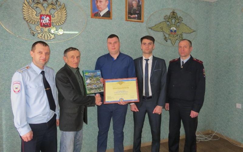 Воронежские полицейские поблагодарили брянского таксиста, нашедшего ребенка