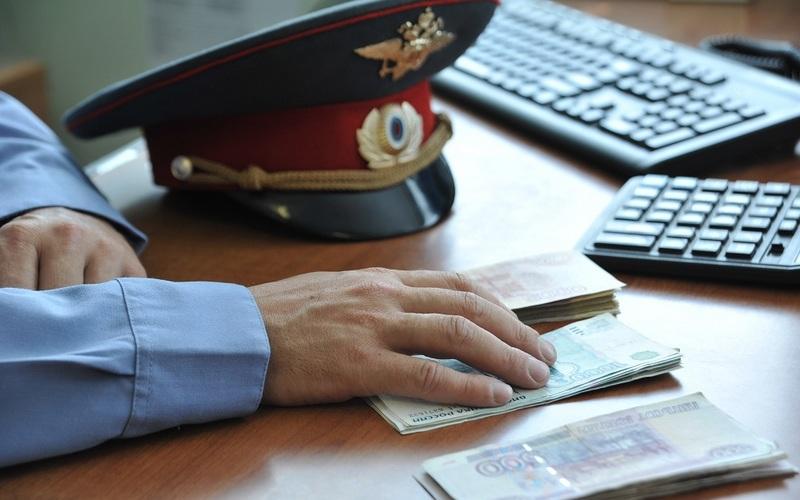 До 15 лет тюрьмы грозит брянскому полицейскому за взятку в 2,2 млн рублей