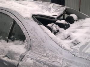 Снежная глыба с крыши повредила машину мэра