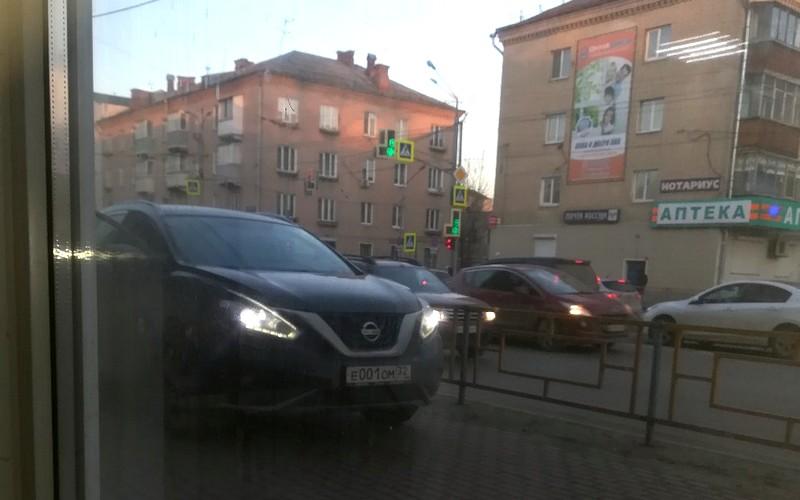 Nissan с «блатным» номером перекрыл тротуар в Брянске