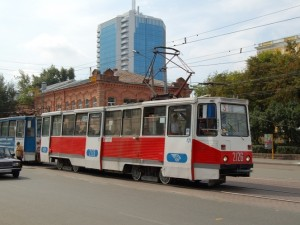 Грузовик остановил движение троллейбусов и трамваев на ЧТЗ