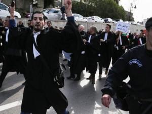 Армия Алжира поддержала протесты против нового выдвижения 82-летнего президента