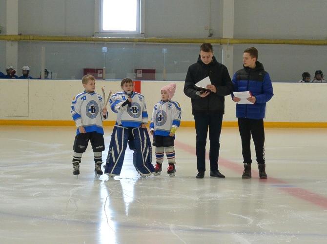 В Трубчевске прошел турнир по хоккею, посвященный женщинам