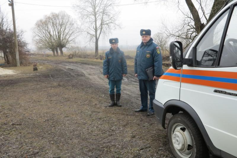 Сотрудники МЧС искали в Радице-Крыловке подтопленные дома