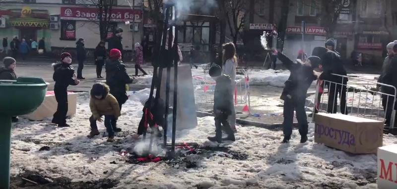 В Брянске на Масленице дети играли с горящим чучелом куклы