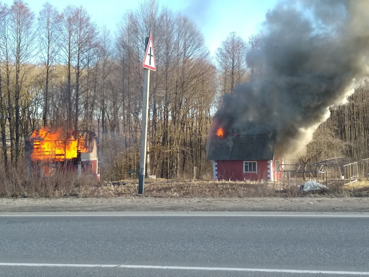 В г.Фокино пожарные полчаса тушили два сарая