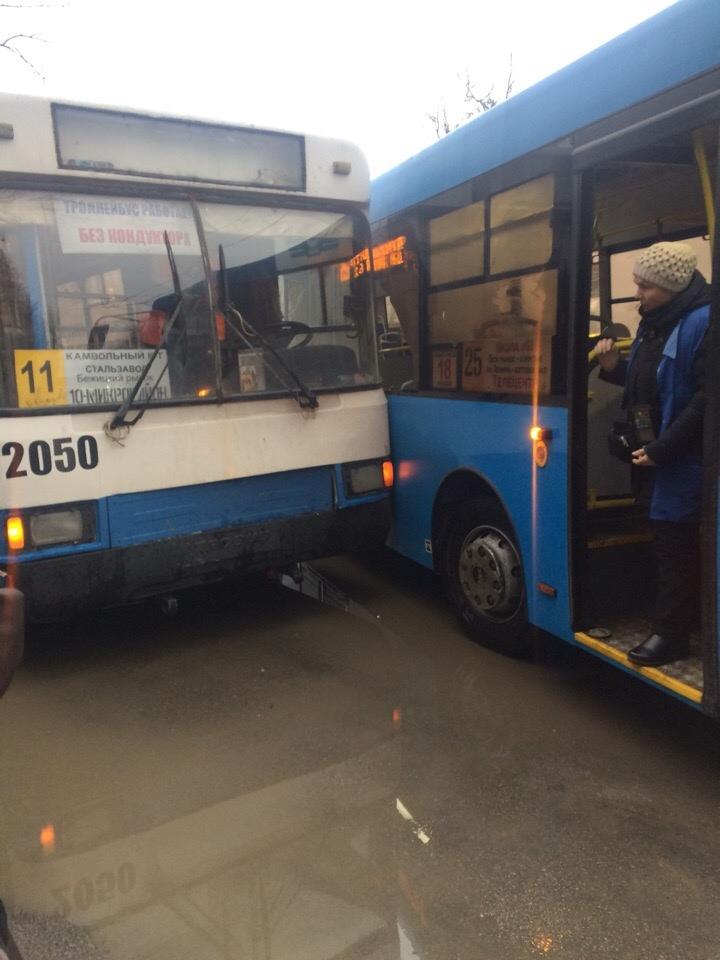 Вечная битва: в Бежице столкнулись автобус и троллейбус