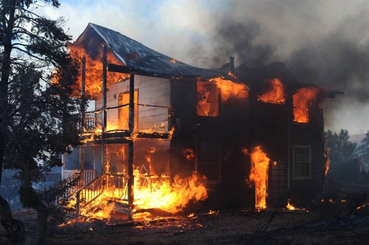 В Стародубском районе огонь охватил жилой дом