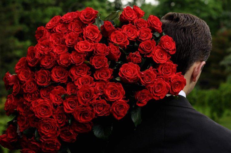 Для фотосессий на 8 марта на Авито сдают в аренду букет роз, айфон и «Инфинити»