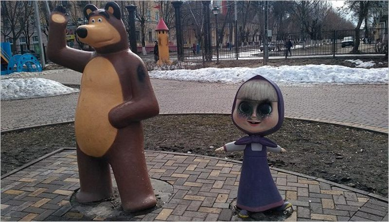 Брянские вандалы изуродовали скульптуру «Маша и Медведь»