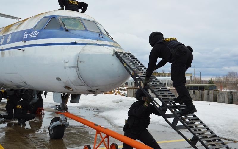 Сотрудники ФСБ обезвредили «террористов» в брянском аэропорту