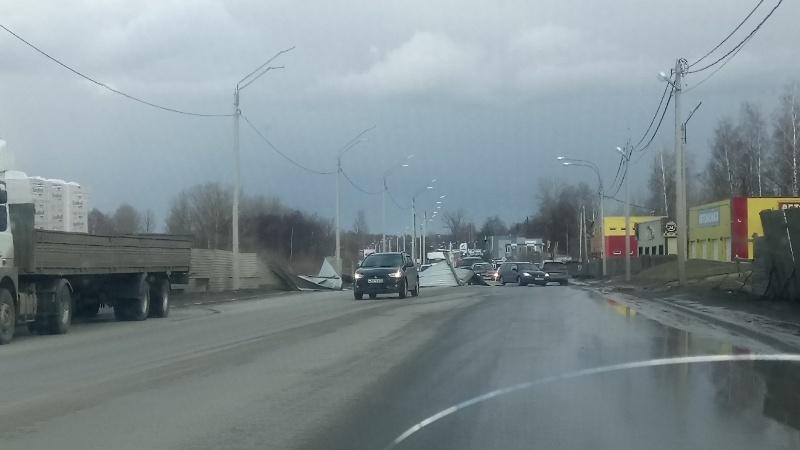 В Брянске сильный ветер снес забор на улице Флотской