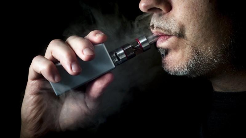 Названы болезни, к которым может привести курение вейпа
